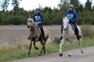 Elf/Ella Lindblom (7) och Kiidaaj/Ewa Mårgård gjorde upp om titeln  Årets 6-åriga distansrittshäst.          Foto: © Ulf Lonäs