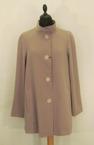 FEND 7/8-kappa polyester-gabardin, finns i färgerna: Nougat och Svart. 3000:-