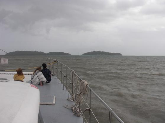 Med katamaran till Räddningens öar. Ile Royale till vänster, Ile du diable i mitten och Ile St Joseph till höger på bilden. Vädret blev betydligt bättre då vi kom ut till öarna. Februari 2020.