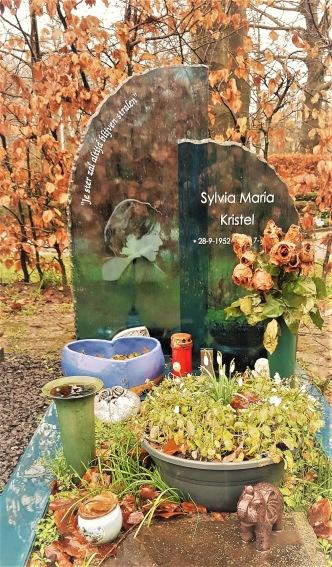 Sylvia Kristels grav. 1970-talets mjukporrstjärna Emmanuelle.