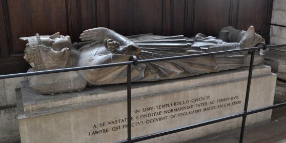 Här ligger skåningen Gånge-Rolf i katedralen i Rouen.Eller, ja?  Dick Harrison tror att Rollo och Gånge-Rolf var två olika personer. Rollo var dansk (alltså möjligen skåning), Gånge-Rolf norrman.