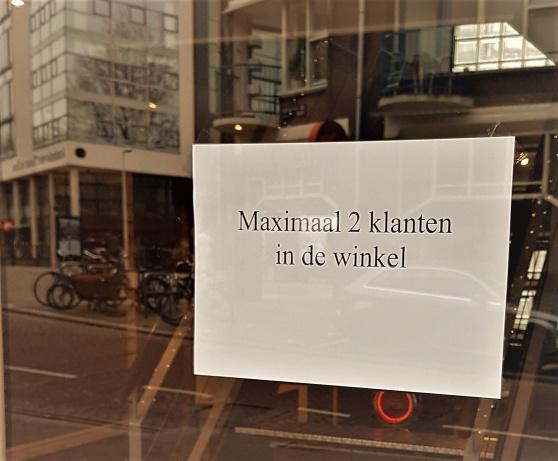 Max två klantar i vinkel. Alltså kunder i butiken, men så mycket nederländska kan du väl?
