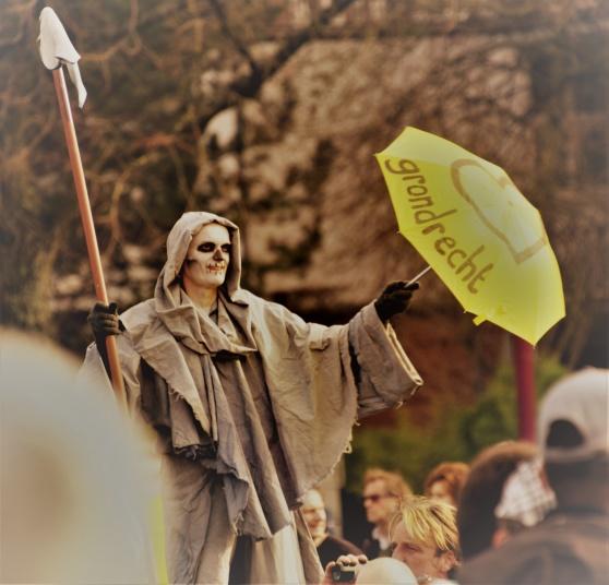 Kreativ protestant i parken vid Museumsplein i söndags, 21 februari.
