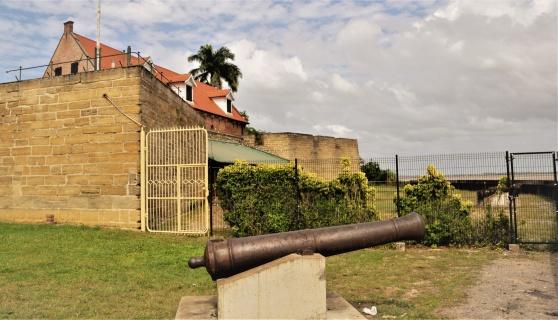 Fort Zeelandia i Paramaribo har en blodig historia från 1980-talet. Här ska Lorentz, eller Lars, Hägg ligga begravd.