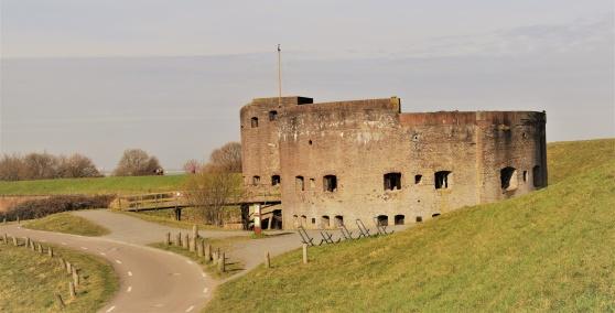 Vesting Muiden dateras så långt tillbaka som 1577. Det är ett av de 46 fort som utgör Stelling Amsterdam.