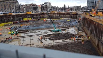 Utanför Centraalstationen byggs det nytt cykelgarage som ska ligga under vattnet!