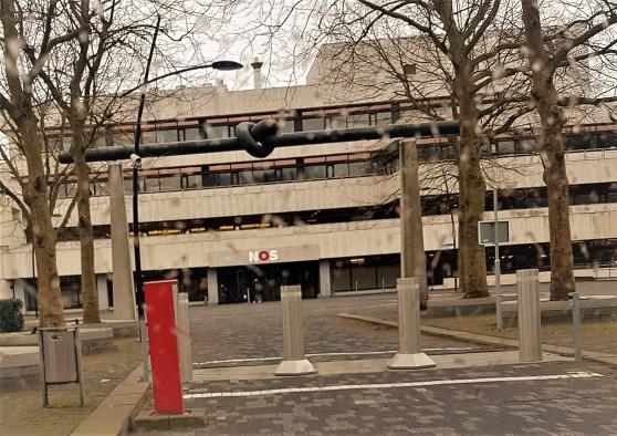Statliga NOS, Nederlandse Omroep Stichting huserar i Hilversums Media Park i en betongbunker á la parkeringtsgarage .