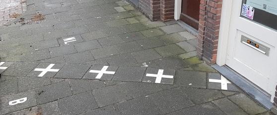 Här går gränsen rakt in i entrén till apoteket.
