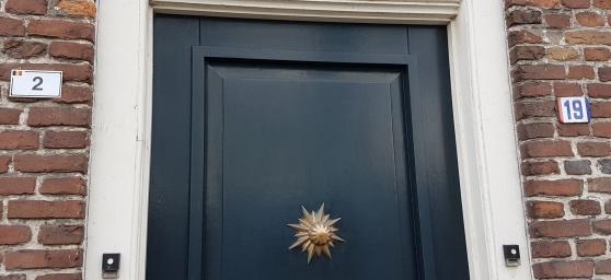 Ring på till vänster och belgaren tittar ut, ring på till höger och holländaren öppnar. Samma dörr.