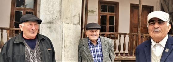 Tre gubbar utanför Stalins födelsehem i Gori.