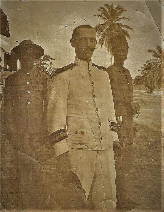 Nils Viktor Andersson i La Force Publiques vita uniform, Ekvatorprovinsen 1906.