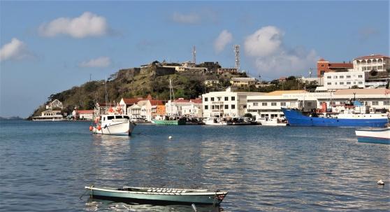 """Avsnitt av hamnen i St George's, Grenada med Fort George där den blodiga """"revolutionen"""" ägde rum som avslutade Maurice Bishops korta tid vid makten."""