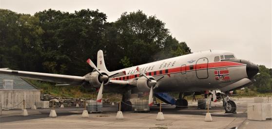 En DC-6:a står utanför flygmuseet. Så sent som i fjol flögs den från Nome i Alaska till Stavanger. Bakom den står en J35 Draken med danska nationalitetsbeteckningar och punka på alla hjulen.