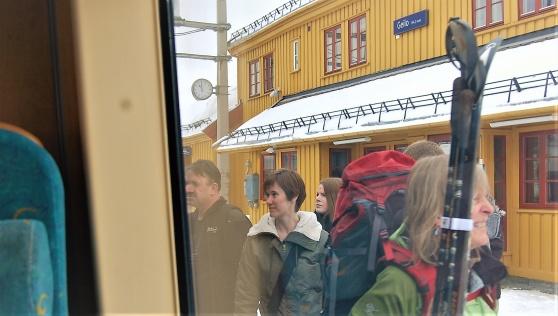 Vid Geilo stiger de av, norrmännen som ska på tur. Det är 2 april 2011 men snön ligger vit på taken...