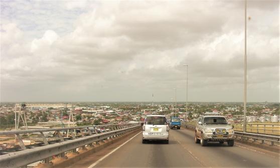 På väg in mot Paramaribo. Vänstertrafiken måste vara ett arv från britterna i denna annars nederländska f.d. koloni.