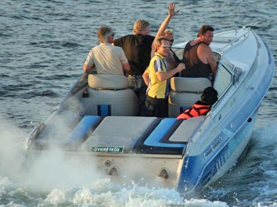 """Observera skylten - """"Övningskör"""". Fotot har ingenting med sjöfylleri att göra annat än att båten kan göra mer än 15 knop och därmed kommer att omfattas av den lägre gränsen på 0,2 promille. För övrigt framfördes den på ett föredömligt sätt och rättade sig efter gällande fartbegränsning. Hunden är dessutom ett gott exempel på hur käckt det kan se ut om man har flytväst på sig till sjöss."""