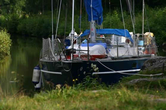 Jonas trivs i skärgården, till havs men framför allt i kanaler. Seglar denna 35 fots stålbåt. Här tyggt förtöjd i Göta Kanal.