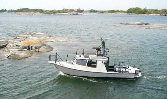 Lasse Granath på sin specialutrustade sjömätningsbåt.