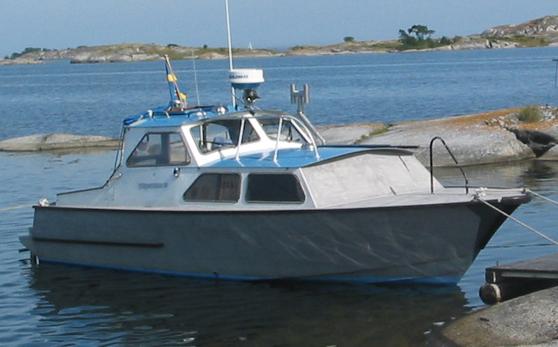Hans Grönkvists motorbåt. Det är en aluminiumbåt av typ Boghammar Neptun 21. Styrhuset är påbyggt efteråt.