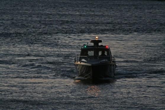 Motorbåt med lanternor.
