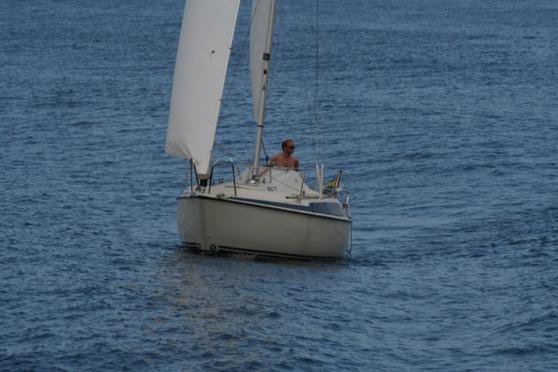 Maxi i svallen från ett fartyg
