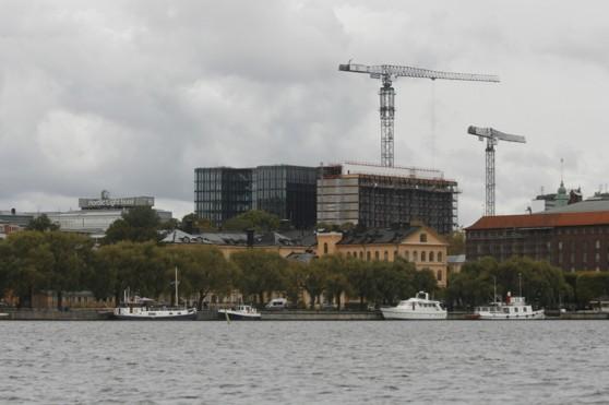 Stockholms skyline från Riddafjärden håller på att ändras med denna hotellbyggnad. En tveksam pendang till Stadshuset.