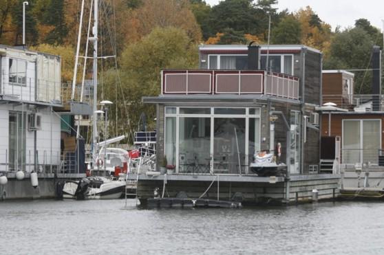 Husbåt vid Pamas Marina.