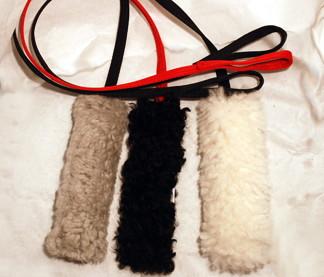 Fårskinnsleksak 17x6 cm - Fårskinnsleksak 17x6 vit, svart band