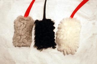 Fårskinnsleksak 10x6 cm med pip - Fårskinnsleksak med pip grå, svart band