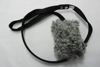 Fårskinnsleksak 10x6 cm - Fårskinnsleksak liten grå, svart band