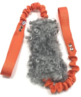 Fårskinnsleksak IVER dubbel expander 17x6 - Fårskinnsleksak Iver dubbelexpander 17x6 grå orange handtag