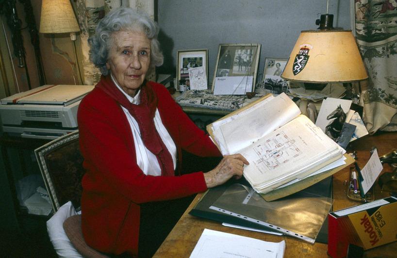 Under intervjun berättade Linde om hur hon med egna ritningar lät bygga om och renovera flera av husen på Lindö för att kunna hyra ut  och därmed efter sin makes död kunna bo kvar i sitt  och Castor hem under många år.