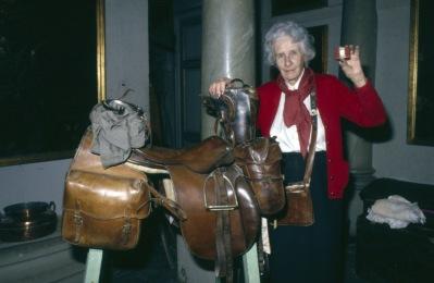 Linde framför Castors sadel med all utrustning hon hade under distansritterna. I väskan runt halsen fanns kartorna och det viktigaste  och i handen har hon den lilla ficklampa som hon hade mycket glädje av genom alla åren på hästryggen.