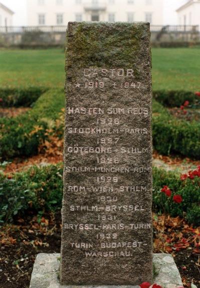 Minnesstenen över Castors alla ritter står på en grav, i den enkla och stilrena trädgården framför Lindös huvudbyggnader.