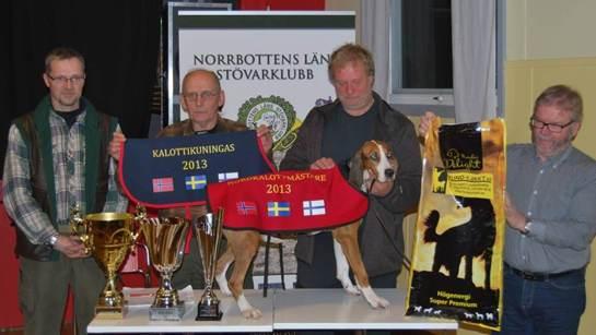 Fr.v. Kommissarien Stefan Waara, Fullmäktige Hans Djärv, Rillas ägare Vidar Hagen, samt Kemi kennelförenings repr. Marku Tervonen.