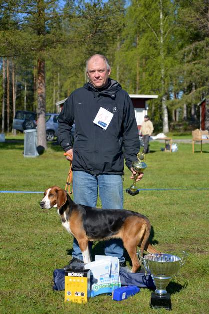 16. BIS-vinnaren SEJCH Sörpåskogens Lovis med uppfödaren och ägaren Lars Nyström. Luleå.