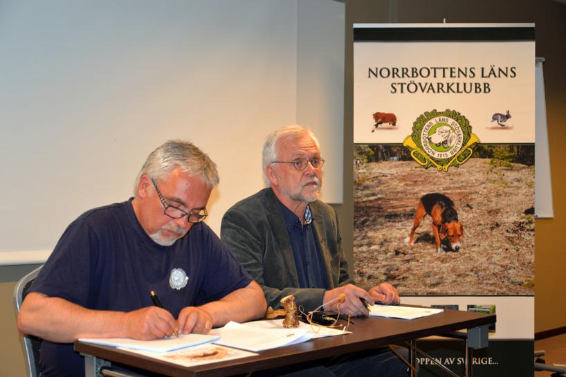 Jubileumsårsmötets ledning, ordföranden Thommy Sundell t h och sekreteraren Pertti Rintala.