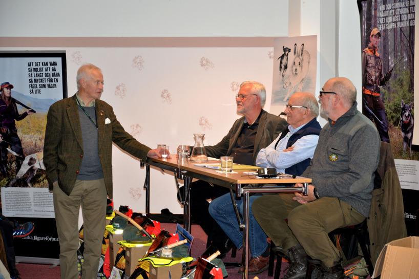 Svenska Stövarklubbens sekreterare Lars O Törnkvist tackar Har-SM:ets ledning Thommy Sundell, Hans Djärv och Michael Barchéus för ett väl genomfört arrangemang.