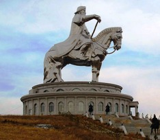 Mongolerna älskar sin hjälte Djingis Khan. I Ulan Bator finns en enrom staty - med hiss i svansen - av härskaren som upprättade världens största imperium.