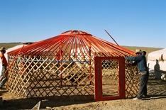 En jurta, eller ger, är en stomme av trä klätt med tjock filt och en kamin i mitten. Nomaderna flyttar med sina djur efter årstiderna. Geren går snabbt att plocka ner och lasta på jak, kamel eller lastbil.  Gererna är varma på vintern, en del har små hus vid sidan av där man bor på sommaren, men på vintern är geren att föredra.