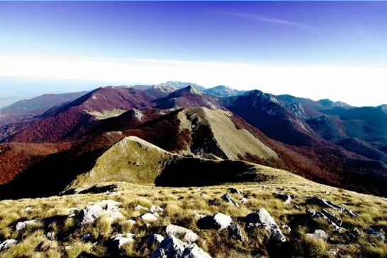 Där berg möter hav går loppet genom nationalparkerna Velebit och Paklenica. Vi bor vid havet i den lilla byn Starigrad.