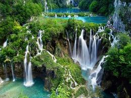 En dag åker till Kroatiens stolthet som är med på UNESCO:s världsarvslista: Plitvice National Park.