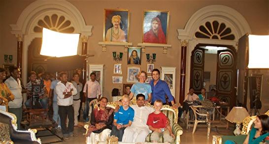 I Hollywood går det inte att komma in under inspelningar av filmer och TV-serier, men det får du tack vare våra kontakter göra i Bollywood där det görs mer film än någon annanstans i världen. Du får träffa megastjärnor som följs av flera hunda miljoner.