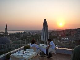 Utsikten från takterassen på vårt hotell är helt ok! Båttrafiken på Bosporen och Marmarasjön kan man studera i timmar.