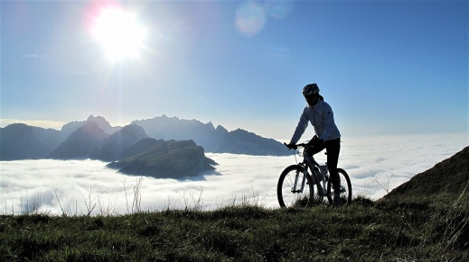 Med en mountainbike kommer du till platser som andra besökare missar. Vyerna över Mont Blanc, Matterhorn och Monte Rosa är svårslagna.