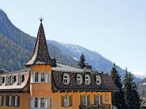 Vi bor på fina, centralt belägna hotell i mysiga byn Moena där Marcialonga startar.