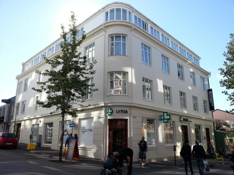 Vi bor på ett fyrstjärnigt hotell med bästa möjliga läge i Reykjavik.