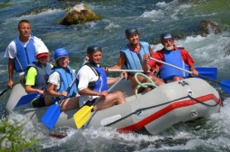 En av resans fartfyllda dagar tillbringar vi i en flotte nerför en av landets floder. Kroatien är ett perfekt för aktiv semester.
