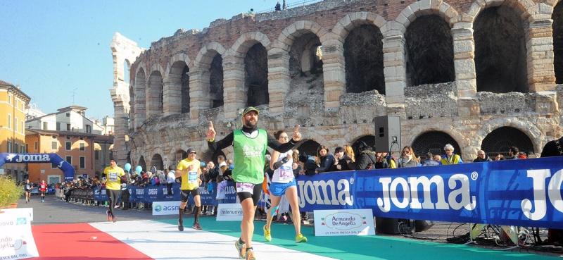 I mål springer alla löpare på Piazza Bra precis intill Operan som veronaborna kallar Arenan. Det är den största amfiteatern som finns efter Colloseum och en av tre aktiva i Italien.