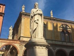 Det var till Verona som Dante flydde från Florens. Han har fått en staty i stan.